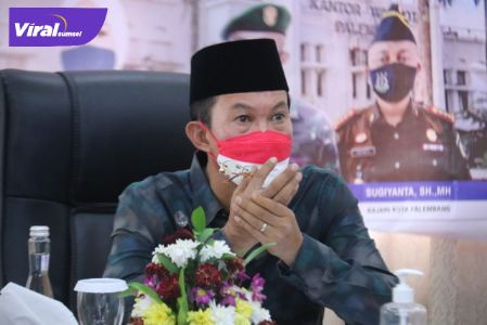 Wali Kota Palembang, H. Harnojoyo usai melakukan rapat koordinasi melalui virtual di Jalan Tasik Rumah Dinas Wali Kota, Sabtu, (21/8/2021). Foto : viralsumsel.com/nto