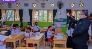 Bupati Muba Dr Dodi Reza menyempatkan diri memantau secara langsung PTM terbatas di beberapa SD-SMP di Kota Sekayu. Foto : viralsumsel.com/devi