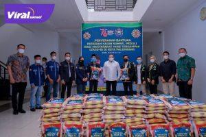 Ketua KADIN Sumsel, Dr Dodi Reza Alex bersama OKP dan mahasiswa di Sumsel gotong royong menyalurkan bantuan untuk warga terdampak COVID-19 di Palembang berupa beras sebanyak satu ton, Kamis (26/8/2021). Foto : viralsumsel.com/devi