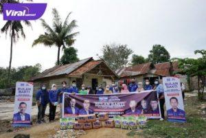 Pengurus DPC Partai Demokrat Kota Prabumulih bagikan paket sembako pada warga terdampak Covid-19. Foto : viralsumsel.com/berje
