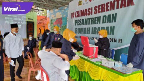 Kapolres Lahat AKBP Achmad Gusti Hartono SIK pantau vaksinasi bagi santri di Yayasan Ponpes A, Ikhlas Tanjung Sakti, kemarin (7/9/2021). Foto : viralsumsel.com/oki