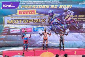 Andri Yosa, Pembalap binaan PPLPD Muba (tengah) dalam upacara penghargaan pemenang Motoprix Piala Presiden 2021 di Sirkuit Internasional Skyland, Muba, Minggu (19/9/2021). Foto : viralsumsel.com/devi