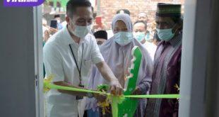 Sekda Kota Palembang Drs Ratu Dewa meresmikan bedah rumah milik ibu Onih warga Kelurahan Sako, Jalan Lebak Murni, Lorong Sawi, Rabu (22/9/2021). Foto : viralsumsel.com/fia