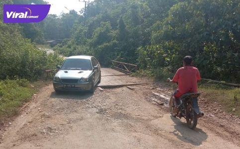 Kondisi jembatan Sungai Seloyan, Desa Benakat Minyak, PALI. Foto : viralsumsel.com/eko