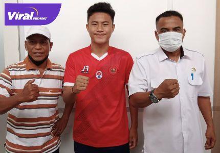 Fikri Firdaus defender binaan PPLP D Muba (tengah) sebelum terbang ke Medan, Kemarin (23/9/2021). Foto : viralsumsel.com/ion