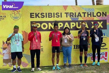 Atlet triathlon dan duathlon kontingen Sumatera Selatan dalam upacara penghormata pemenang dalam eksebisi di PON XX Papua 2021. Foto : viralsumsel.com