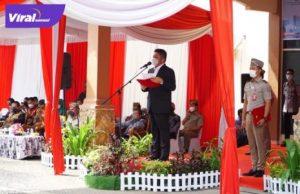 Gubernur Sumsel H. Herman Deru bertindak sebagai inspektur upacara pada peringatan HUT UUPA ke-61 di halaman Kantor Wilayah BPN Provinsi Sumsel, Jum'at (24/9/2021). Foto : viralsumsel.com/win