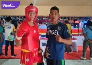 Firand Adistas atlet wushu Sumsel bersama pelatih M Soleh. Foto : viralsumsel.com/fia