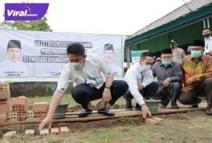 Gubernur Sumsel H Herman Deru didampingi Sekda Palembang Ratu Dewa pada peletakan batu pertama pembangunan Masjid Darussalam di Jalan Tanjung Aur, Ilir Barat I, Palembang, Rabu (29/9/2021) pagi. Foto : viralsumsel.com/win