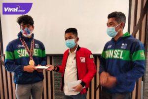 Ketua Umum Pengprov Wushu Indonesia Sumsel Asrul Indrawan (tengah) memberikan bonus pada Firand Adista didampingi pelatih M Soleh, Selasa (5/10/2021). Foto : viralsumsel.com