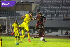 Duel udara pertandingan antara Sriwijaya FCvs Muba Babel United di Stadion Gelora Sriwijaya, Rabu (6/10/2021) malam. Foto : mosfc
