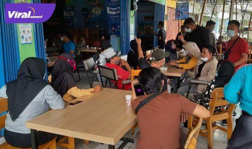 Puluhan mitra di Koperasi Darsa Harka Darussalam (DHD) Farm Indonesia, Palembang mulai mendatangi kantor, Rabu (6/10/2021). Foto : viralsumsel.com/kai