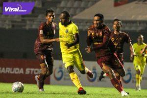 Penyerang Muba Babel United, Engelberd Sani duel dengan bek kanan Sriwijaya FC, Akbar Zakaria dalam laga Liga 2 di Stadion Gelora Sriwijaya, Rabu (6/10/2021) malam. Foto : mombu