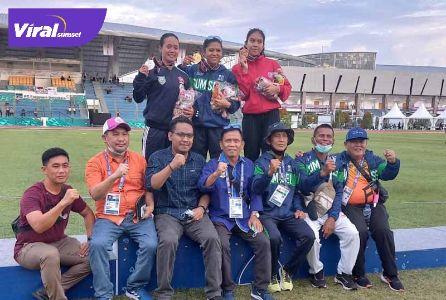 Srimaya atlet lari Sumsel di atas podium bersama sejumlah pengurus KONI Sumsel. Foto : viralsumsel.com