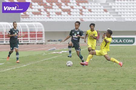 Pertandingan antara PSMS Medan melawan Muba Babel United di Stadion Gelora Sriwijaya, Senin (11/10/2021). Foto : mopsms