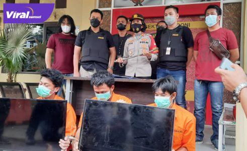 AY dan R dua tersangka pencuri TV beserta satu penadah diamankan Polsek Kalidoni. Foto : viralsumsel.com/kai