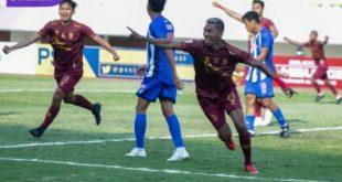 Bek kiri Sriwijaya FC, Valentino Telaubun selebrasi usai cetak gol ke gawang PSPS Riau pada menit ke-40 di Stadion Gelora Sriwijaya, Jumat (15/10/2021) sore. Foto : mosfc
