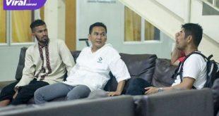 Penyerang Sriwijaya FC Arianto bersama Manajer Tim Sriwijaya FC Hendriansyah dan Pelatih Nil Maizar, Foto : viralsumsel.com/fia