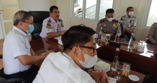 Kepala Dishub Muba, Pathi Riduan SE ATD MM saat memimpin Rapat Terkait Kondisi jalan longsor di Kantor Perwakilan Musi Banyuasin di Palembang, Kamis (21/10/2021). Foto : viralsumsel.com/devi