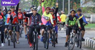 Plt Bupati Muba Beni Hernedi SIP bersepeda di Kota Sekayu. Foto : viralsumsel.com/devi
