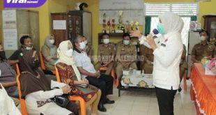 Wakil Walikota Palembang Fitrianti Àgustinda menyambangi Kantor Lurah Lebong Gajah Kecamatan Sematang Borang Palembang, Senin (25/10/2021). Foto : viralsumsel.com